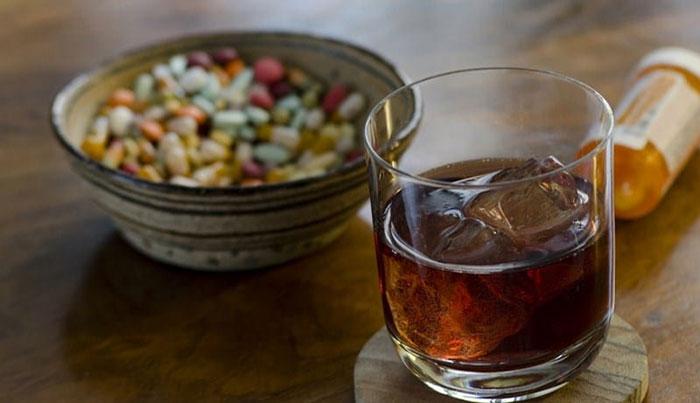 Специалисты не рекомендуют совмещать прием Кетанова и алкоголя