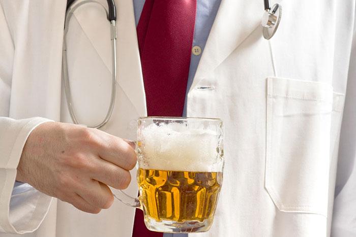 Врачи рекомендуют воздержаться от алкоголя при приеме препарата Хондрогард