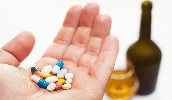Специалисты рекомендуют отказаться от приема спиртного на время лечения Омепразолом