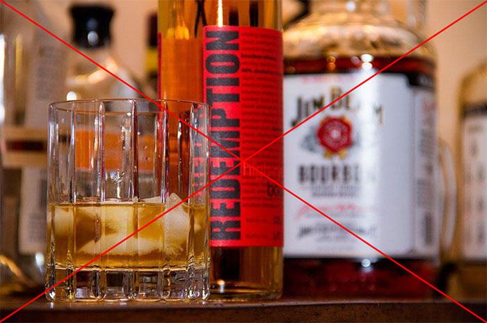 Врачи рекомендуют полностью исключить спиртное при терапии препаратом Фосфоглив