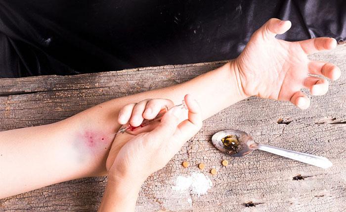 При постоянном употреблении героин накапливается в кутикулах волос, ногтях, почках