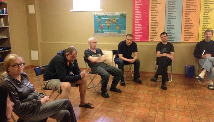 Групповые занятия постояльцев в реабилитационном центре «Феникс» (Москва)