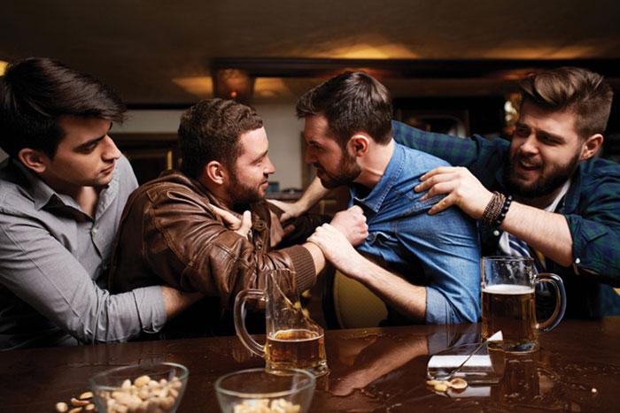 При проявлении алкогольной агрессии не следует реагировать на выпады нападающего