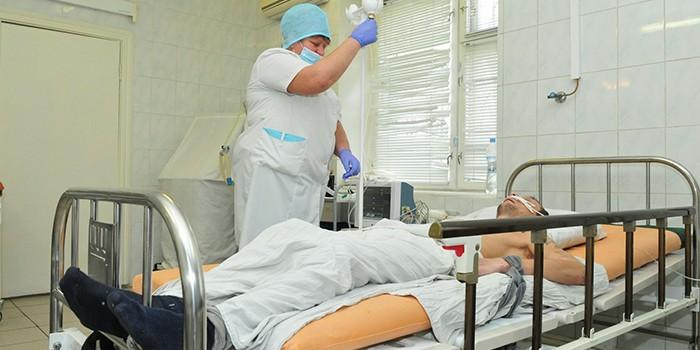 При алкогольном галлюцинозе следует поместить больного в стационар на лечение