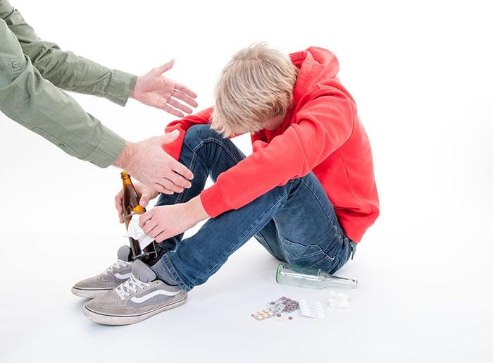 Внимательность и бдительность родителей поможет предотвратить развитие алкоголизма у ребёнка