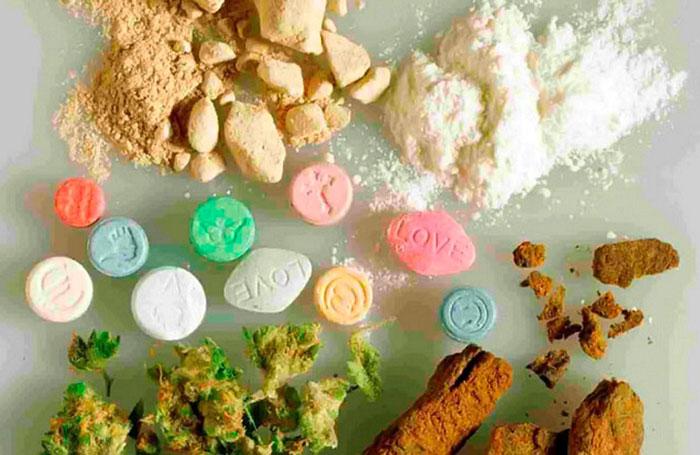 К лёгким наркотикам условно можно отнести курительные и популярные у молодёжи синтетические средства