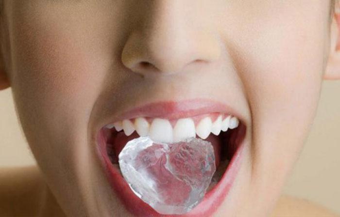 Рассасывания кусочков льда помогает при икоте после алкоголя