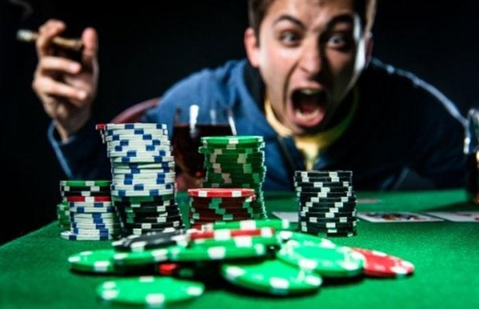 Стрессы и раздражительность являются частыми проявлениями зависимости от покера