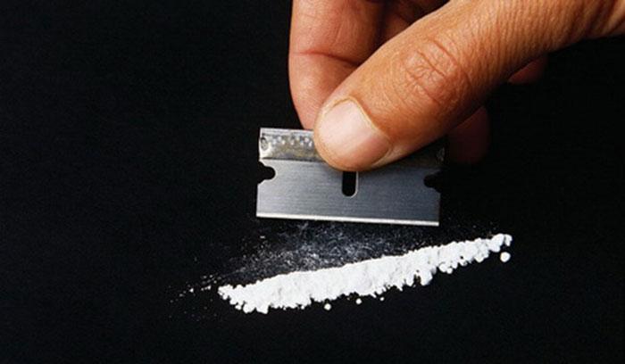 Кокаин изготавливается из растения коки в виде белого порошка с небольшими комочками