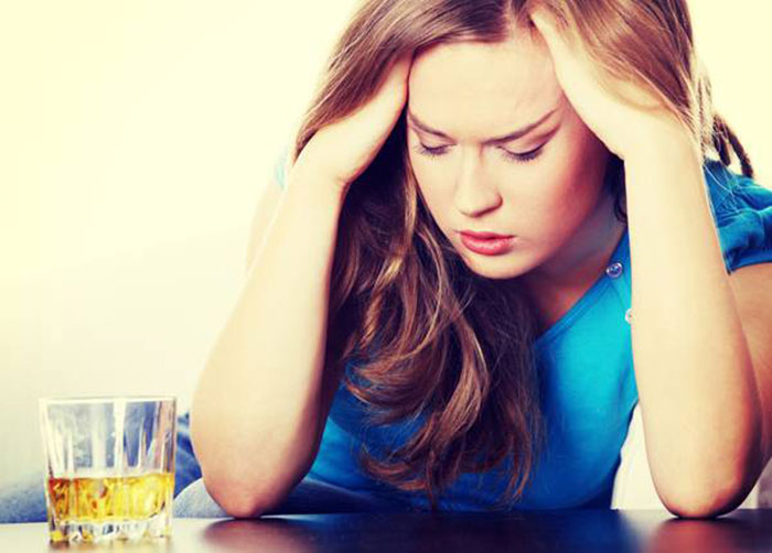 При отёчности лица следует сразу отказаться от спиртного