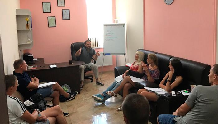 Групповые занятия постояльцев в наркологическом центре «Город свободы» (Москва)