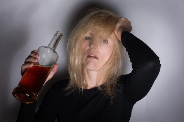 Социальные проблемы и тяга к спиртному приводят к алкоголизму