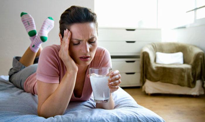 Чтобы избежать тяжёлого похмелья рекомендуется принять Энтеросгель перед приёмом алкоголя