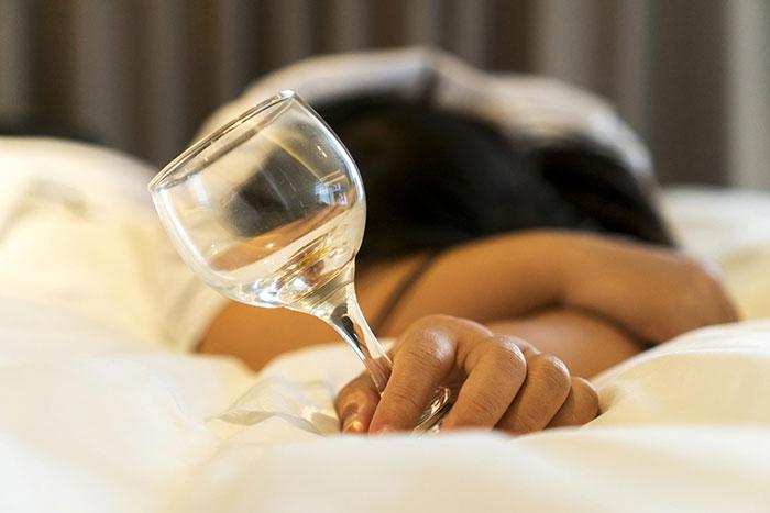 Врачи не рекомендуют совместный приём алкоголя и Мифепристона