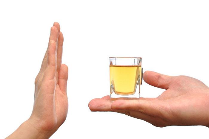 Врачи рекомендуют отказаться от спиртного на время лечения препаратом Тербинафин