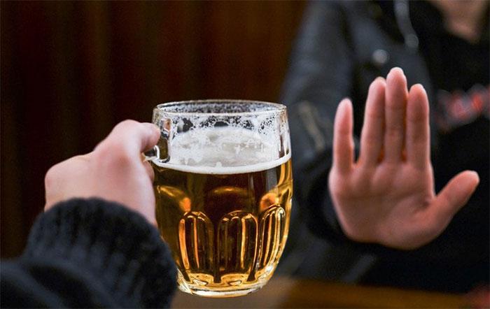 Врачи рекомендуют воздержаться от приёма алкоголя на время лечения препаратом Карсил
