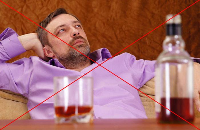 Врачи не рекомендуют употреблять спиртное при лечении препаратом Импаза