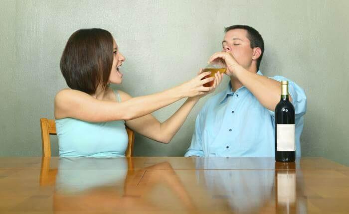 Чтобы помочь выйти из запоя, необходимо оградить человека от спиртного