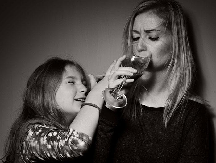 Алкоголизм родителей негативно влияет на психику ребёнка