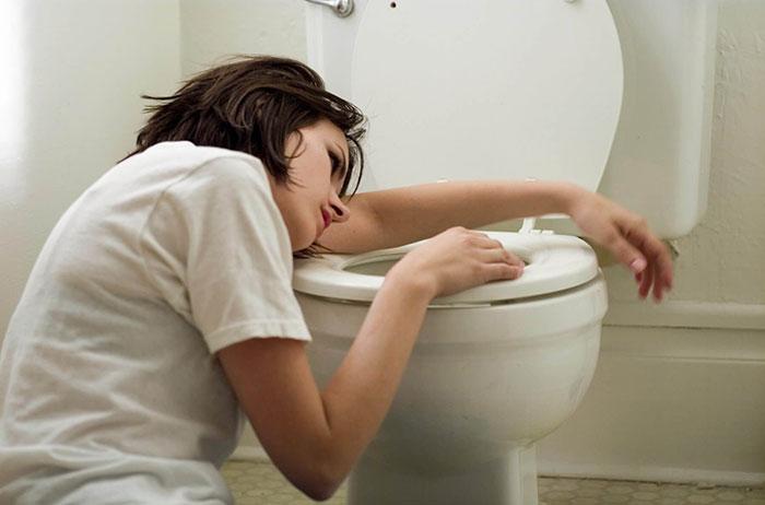 Совмещение Эскапела с алкоголем усиливает проявление побочных эффектов