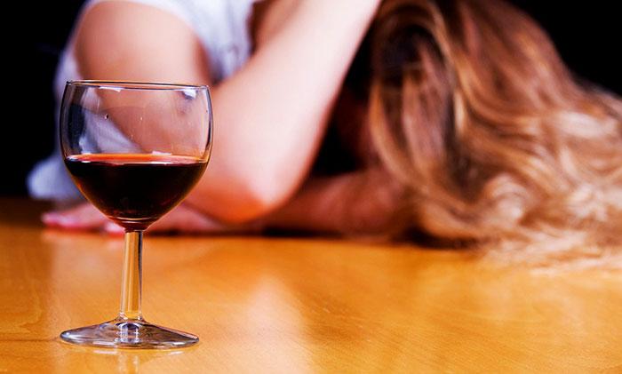 Совмещение Диазолина с алкоголем приводит к усилению проявления побочных реакций организма