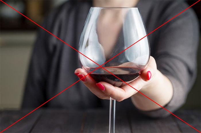 Врачи категорически не рекомендуют совмещать приём Лавомакса со спиртным