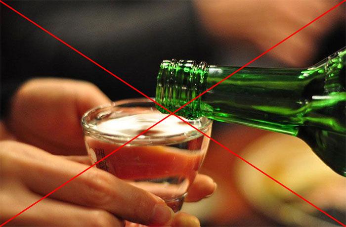 Врачи рекомендуют исключить употребление спиртного на время приёма препарата Немозол