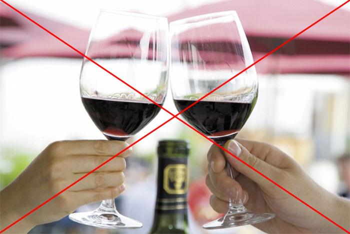 Врачи не рекомендуют сочетать приём Сеалекса со спиртными напитками