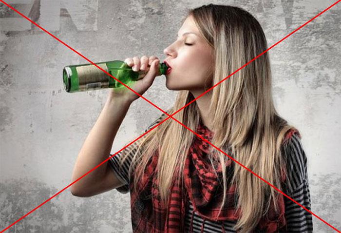 Врачи не рекомендуют употреблять любые алкогольные напитки во время приёма Роаккутана