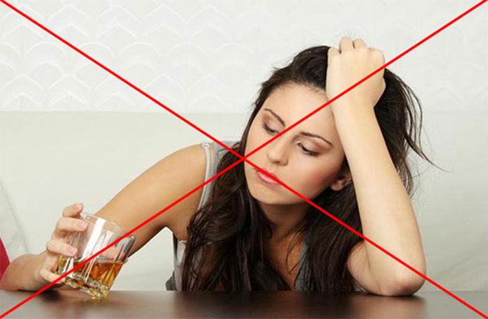 Врачи категорически не рекомендуют совмещать приём Тавегила с алкогольными напитками