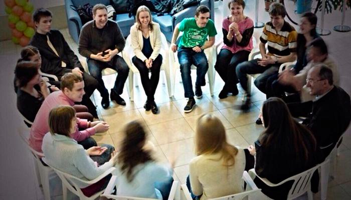 Групповые занятия постояльцев в Центре дневного пребывания «Школа независимости» (Минск)