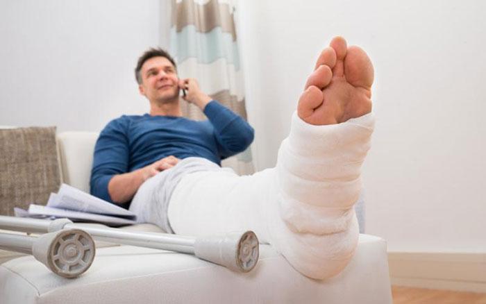 Нехватка кальция в организме при регулярном употреблении спиртного приводит к травмам костей