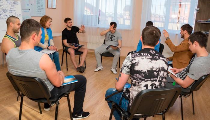 Групповые занятия постояльцев в реабилитационном центре «Решение» (Москва)