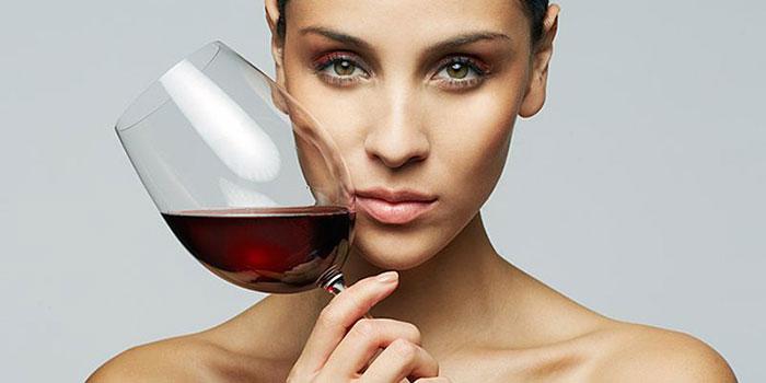 Врачи допускают употребление небольшого количества спиртного при приёме препарата Джес