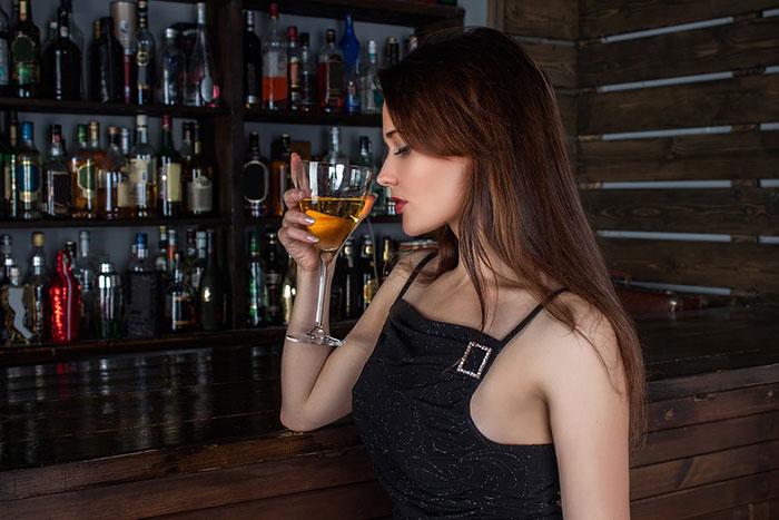 Препарат Ярина допустимо сочетать с приёмом спиртного в небольших количествах