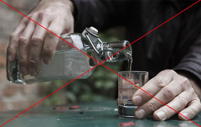 Врачи не рекомендуют совмещать приём Клабакса со спиртными напитками
