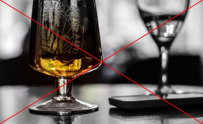 Врачи не рекомендуют совмещать Анальгин со спиртными напитками