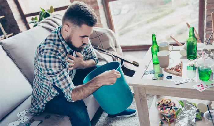 При отравлении алкоголем Мезим может быть полезен лишь частично
