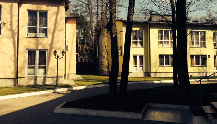 Территория наркологической клиники «Рена»
