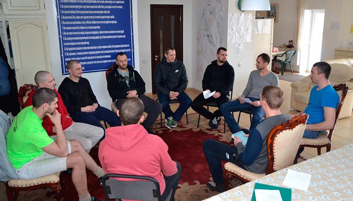 Групповые занятия постояльцев в наркологическом центре «Хэлп» (Харьков)