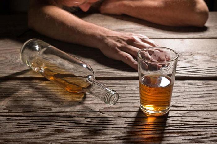 Чрезмерное употребления алкоголя приводит к алкогольному отравлению и может вызвать рвоту