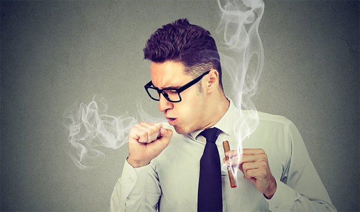 Появление мокроты и общая усталость относятся к симптомам кашля курильщика