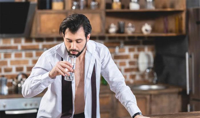 Чрезмерное употребление алкоголя приводит к ощущению жажды на утро после застолья