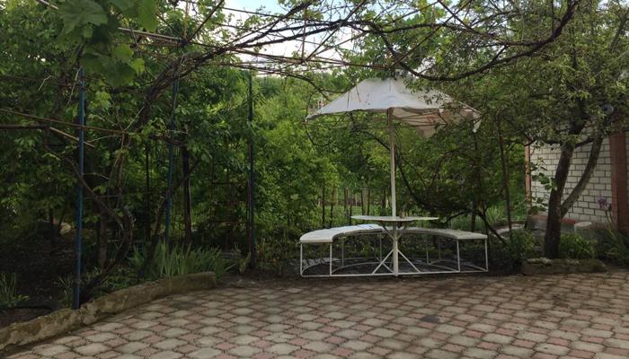 Двор центра реабилитации Благотворительного Фонда «Остров» (Ясная Поляна)