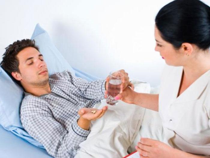 Обильное питье и приём специальных препаратов поможет справиться со рвотой после алкоголя