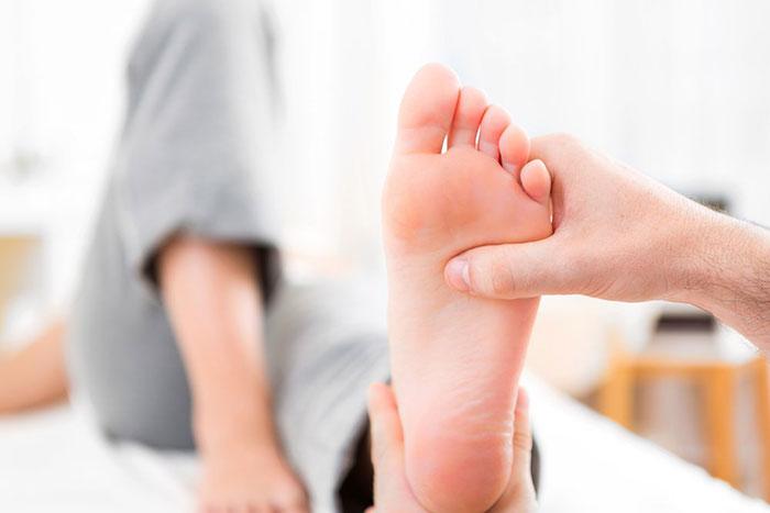 При болях в ногах после отказа от курения рекомендуется пройти профилактически процедуры для ног