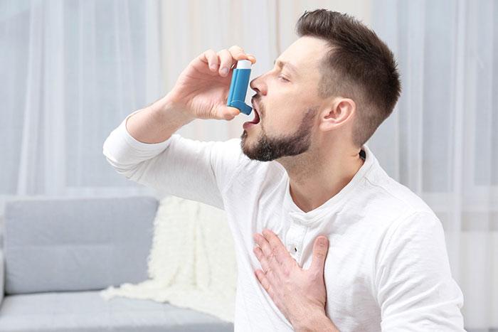Для лечения кашля курильщика врачи рекомендуют использовать муколитические и отхаркивающие препараты