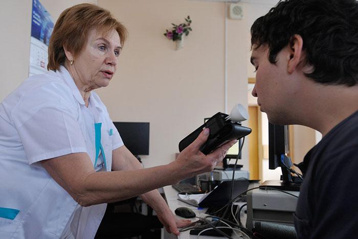 Эффективным методом проверки, курит ли человек, является медицинское обследование и сдача необходимых анализов