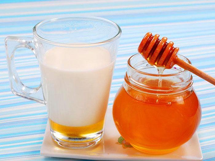 Один из народных способов восстановления голоса после курения - тёплое молоко с мёдом