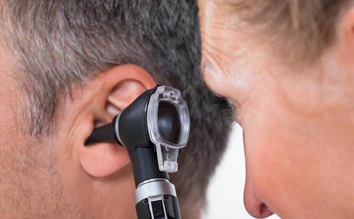 При любых проблемах со слухом рекомендуется прекратить курение сигарет и обратиться к врачу
